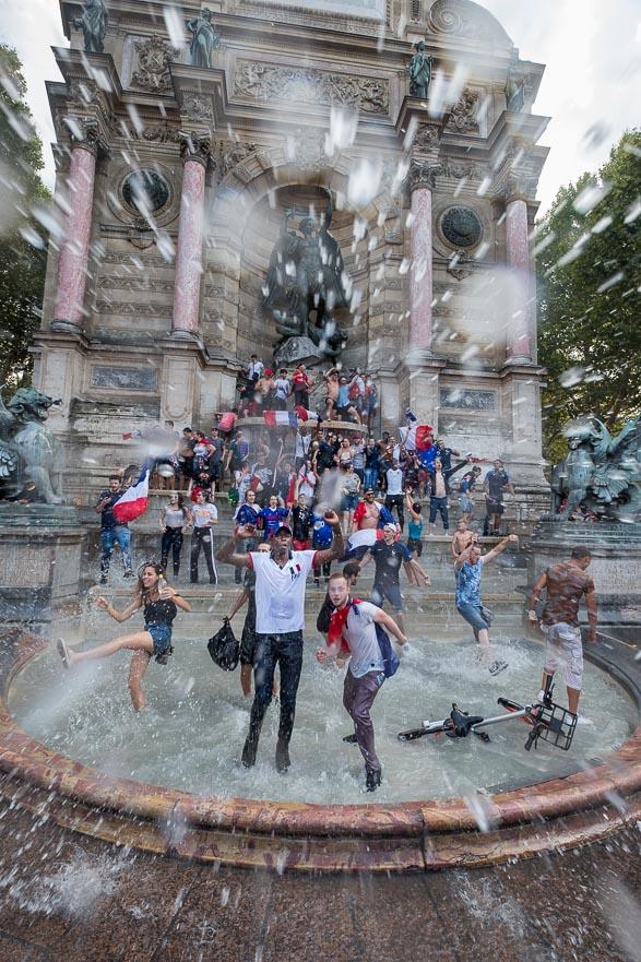 Liesse populaire dans la fontaine Saint Michel, juste après la victoire.  La France championne du monde de Football - Paris Juillet 2018