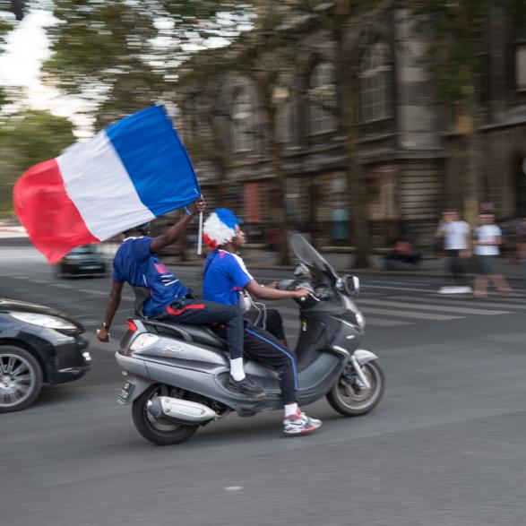 Scooter dans les rues, juste après la victoire.  La France championne du monde de Football - Paris Juillet 2018