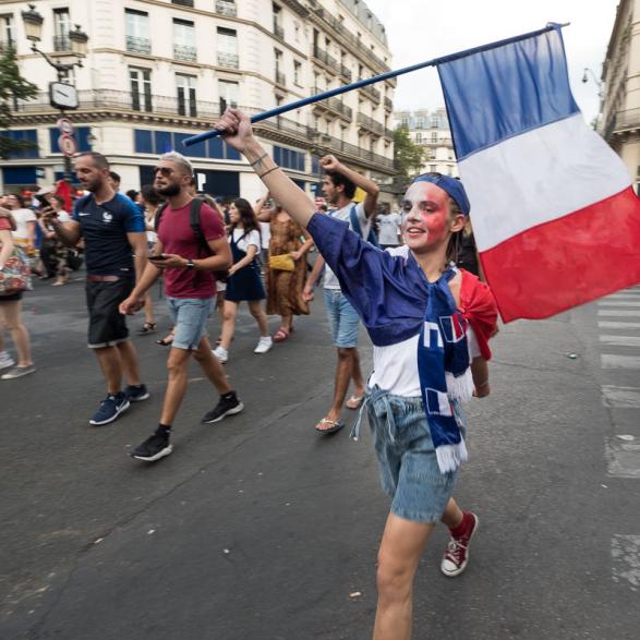 Gavroche ou la République en marche ? Juste après la victoire.  La France championne du monde de Football - Paris Juillet 2018