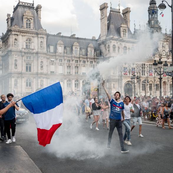 Fumigène et ambiance après la victoire.  La France championne du monde de Football - Paris Juillet 2018