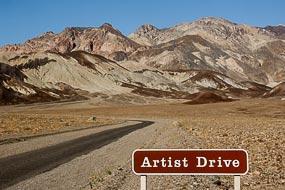 Cette route est surnommée ainsi en raison des couleurs présentes sur les reliefs. Dans la Vallée de la Mort, les pigments minéraux ont coloré ces dépôts volcaniques. Les sels de fer produisent les couleurs rouges, roses et jaunes. Le mica en se décomposant produit  la couleur verte. Le manganèse produit le violet.
