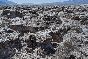 Cristaux de sel du Devil's Golf Course, il se trouve  à environ 85m sous le niveau de la mer