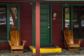 Belles chaises Adirondack devant la porte de ma chambre dans ce motel de la charmante Kernville.