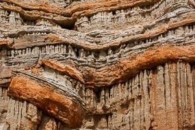 Red Rock Canyon comporte des falaises pittoresques, des buttes et des formations rocheuses spectaculaires dans un climat désertique. Pas très loin de Los-Angeles, ces décors ont été utilisé dans des films.