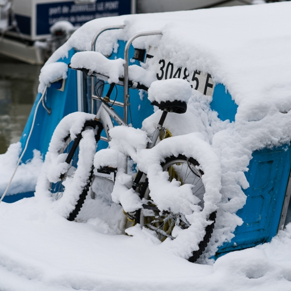 Vélo recouvert de neige sur ce bateau amarré au port de plaisance de Joinville