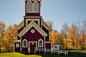 Eglise entourée d'arbres en automne, Monson, Maine, USA