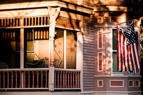 Balancelle et drapeau, maison rose, Maine, USA