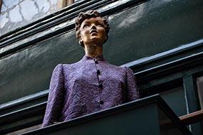 Mannequin exposé à l'extérieur et en hauteur, Passage Jouffroy à Paris