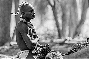 Homme Himba monté sur un âne, près d'Epupa, Namibie 2004