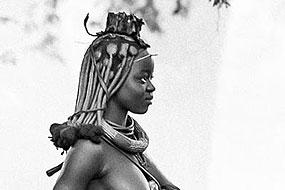 Jeune femme Himba, près d'Epupa, Namibie 2004. Sa coiffure en cuir sur le dessus de la tête indique qu'elle est mariée depuis moins d'un an ou qu'elle a eu son premier enfant.