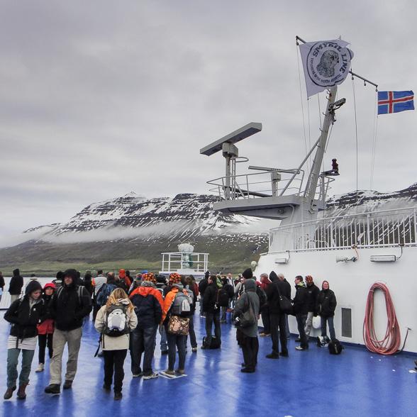 A bord du Norröna, les passgers se regroupent pour assister à l'entrée dans le Seydisfjordur.