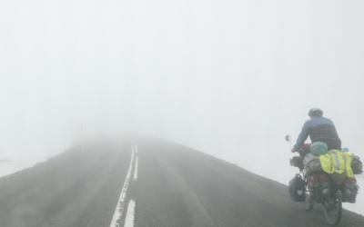 Vélo dans le brouillard, sur la route 93 entre Seydisfjordur et Egilsstadir