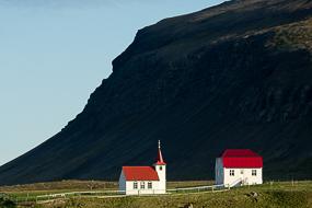 Eglise et falaise à Brjánslækur, le long de la route 62, Islande