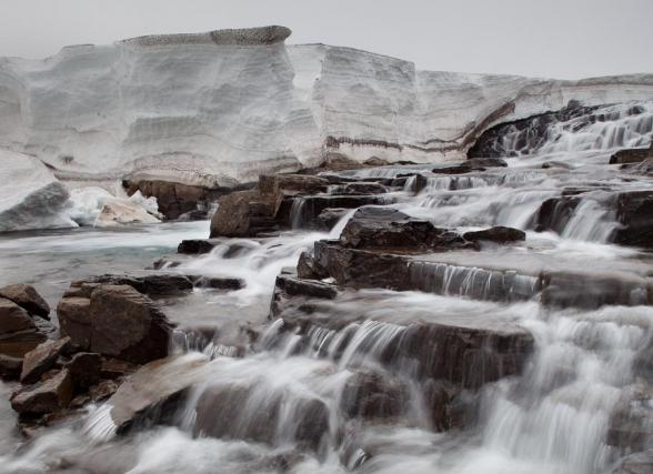 Cascade encadrée de névés, Fjords de l'Ouest sur la route 61, Islande