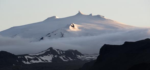 Nuages sur le sommet enneigé du Snæfellsjökull, islande