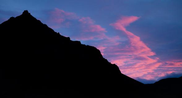 Vague de nuages au dessus des sommets éclairés par le soleil couchant, Péninsule de Snæfellsnes, islande
