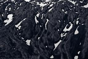 La neige enchâssée dans les coulées de lave du Snæfellsjökull, Islande