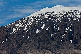La neige enchâssée dans les coulées de lave du Snæfellsjökull