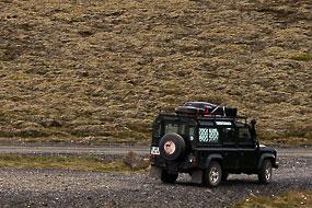Defender et poteaux électriques sur la route 62, Islande