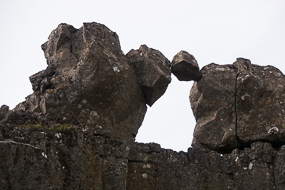 Rocher en suspension à Thingvellir, Cercle d'or, Islande