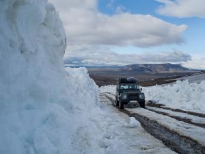 Le defender monte dans la neige à Kerlingarfjoll, Islande