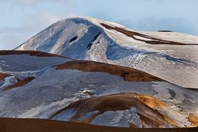 Neige sur les massifs ryolithiques de Kerlingarfjoll, Islande