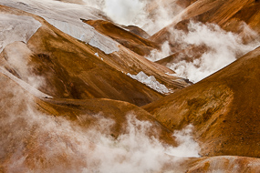 Fumerolles, neige et rivière à Kerlingarfjoll, Islande