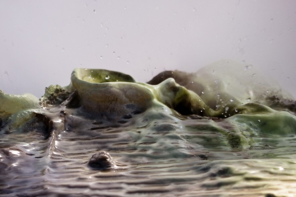 Dépôts de geyserite autour de cette bouche crachant de l'eau bouillonnante, Hveravellir, Islande