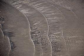 L'eau ondule sur les dépôts de silice formés en strates, Hveravellir, Islande