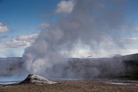 Dépôt de geyserite autour de cette bouche crachent de l'eau bouillonnante et de la fumée,  Hveravellir, Islande