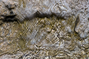 L'eau ruisselle sur ces dépôts de geyserite,  Hveravellir, Islande