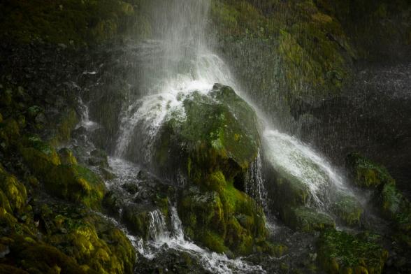 La cascade de Seljalandsfoss tombe sur des rochers moussus, Islande