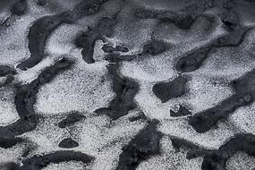 La neige couverte par des cendres volcaniques, Landmannalaugar, Islande
