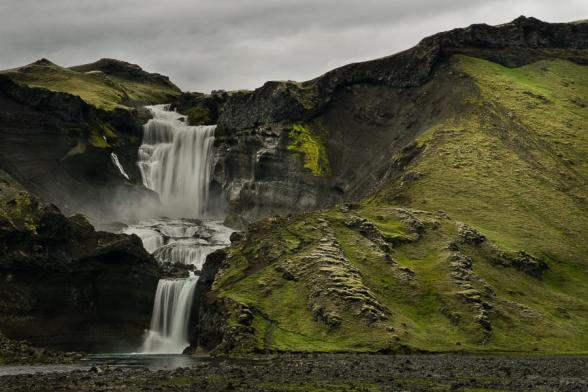 Cascade de Ofaerufoss, encadrée de pentes moussues, dans la faille d'Eldgja le long de la F208, Islande