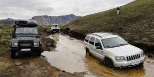 Jeep Cherokee embourbée sur la piste vers le lac de cratère Ljotipollur, Islande