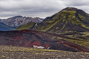 A proximité du Ljotipollur, paysage avec des parois de rhyolite rouge.