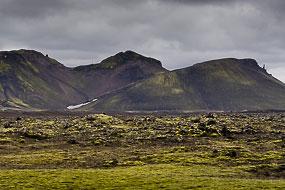Champs de lave recouverts de mousse et sommets dans la réserve de Fjallabak, Islande