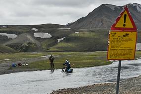Passage de gué à vélo sur la F208, Islande