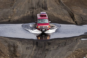 Passage de gué d'un 4x4  Islandais sur la F208, Islande