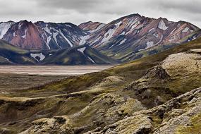 A proximité du Ljotipollur (Frostastaðavatn), paysage avec des parois de rhyolite rouge encore enneigées