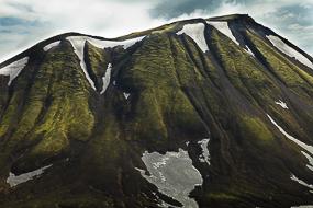 Flans de montagne encore enneigés couverts de mousse, F208, Islande
