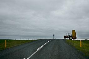 Croisement avec un tracteur sur la route 1, Islande