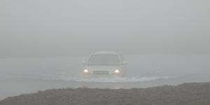 Sur la route vers le Laki, une voiture traverse ce gué sur la F206 dans le brouillard, Islande