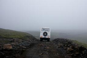Un autocar d'excursion nous ouvre la route sur la F206 en revenant du Laki, Islande