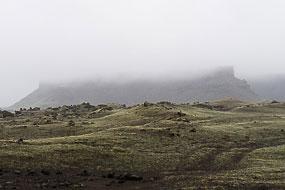 Ce matin, le temps ne s'est pas amélioré, ça crachine, tout est pris dans les nuages, il fait 9°. Islande
