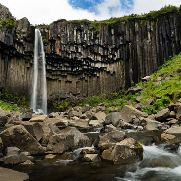 Cascade de Svartifoss dans le Parc de Skaftafell, Islande