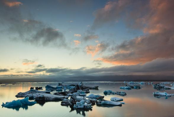 Au soleil couchant, icebergs flottant sur le lac Jokulsarlon, Islande