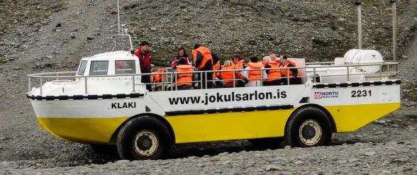 Bateau amphibie embarquant des touristes pour un tour sur le lac Jokulsarlon, Islande