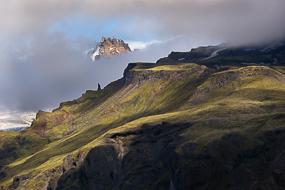 Sommet émergeant des nuages, Parc de Skaftafell, Islande