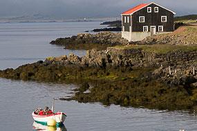 Barque et maison de pêcheur, Djupivogur, Fjords de l'Est, Islande